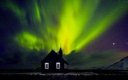 在教会的美好的北极光 库存图片