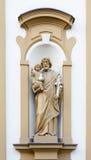 在教会的门面的基督徒雕塑 库存图片
