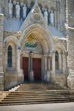 在教会的闭合的前门 免版税库存照片