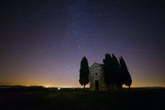 在教会的满天星斗的天空 库存照片