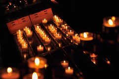 在教会蜡烛的特写镜头 免版税库存图片