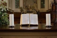在教会里打开在桌上的圣经 免版税库存照片