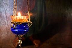 在教会里点燃的一个蜡烛 免版税库存图片