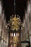 在教会里面的一盏金黄枝形吊灯 库存照片