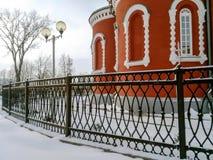 在教会附近的伪造的篱芭 库存照片