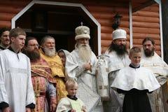 在教会附近的俄国老belivers 免版税库存图片