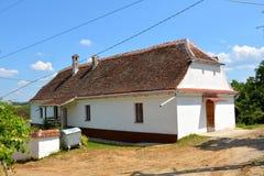 在教会附近的典型的撒克逊人的房子,在Halmeag,特兰西瓦尼亚 免版税库存图片