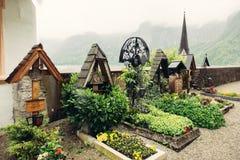 在教会附近的老高山公墓在Hallstatt 免版税库存照片