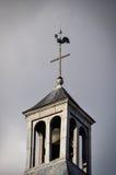 在教会顶部的雄鸡 免版税库存照片
