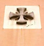 在教会crenna gallarate瓦雷泽的抽象十字架 免版税库存照片