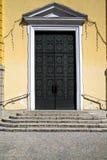 在教会gallarate意大利的黄铜敲门人和木头门 免版税库存照片