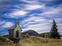 在教堂上的满天星斗的天空Velebit的 库存图片