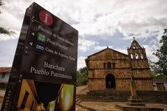 在教堂前面的信息标志在BArichara哥伦比亚 免版税库存照片