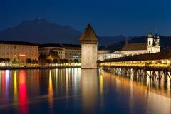 在教堂桥梁的晚上视图在Luzern 库存照片