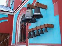 在教堂的蓝色墙壁上的教堂钟 免版税库存照片