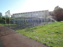 在教学楼前面的操场PT教训的 免版税库存图片