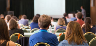 在教室里参与在业务会议的观众 库存照片