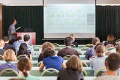 在教室里参与在科学会议的观众 图库摄影