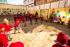 在教训在小学, 2013年12月22日期间的未知的学生在加德满都 免版税库存图片