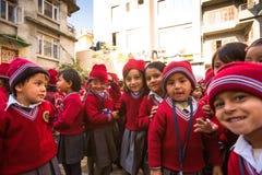 在教训期间的学生在小学,在加德满都,尼泊尔 库存图片