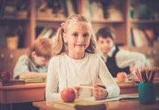在教训期间的孩子在学校 免版税库存图片