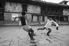 在教训以后的儿童游戏橄榄球在Jagadguru学校 库存照片