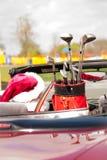 在敞篷车的圣诞老人有高尔夫俱乐部的 库存照片