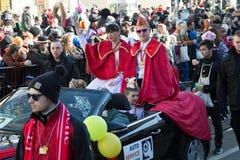 在敞篷车的狂欢节夫妇 免版税图库摄影