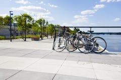 在散步的两辆停放的自行车 库存照片