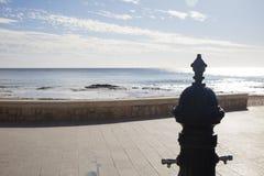 在散步的喷泉在海滩附近 免版税库存照片