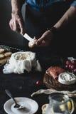 在敬酒的面包的厨师传播的乳酪 库存照片