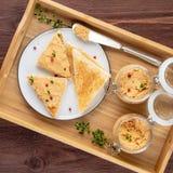 在敬酒的面包的新鲜的自创鸡头脑在土气背景,顶视图的盘子 免版税图库摄影