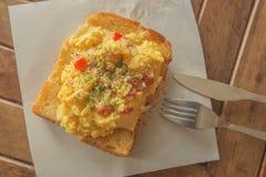 在敬酒的面包的炒蛋 免版税库存图片
