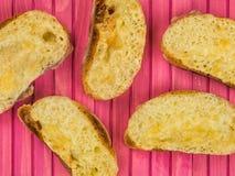 在敬酒的Ciabatta面包的热的熔化切达干酪 图库摄影