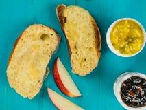 在敬酒的Ciabatta面包的热的熔化切达干酪 免版税库存照片