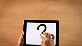 画在数字式片剂的顶视图女性手问号标志水平 股票视频