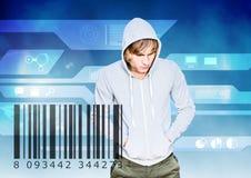在数字式背景前面的金发黑客接近计算机条码 库存图片