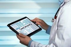 在数字式医疗repor的家庭医生读书抽烟的诊断 免版税库存图片