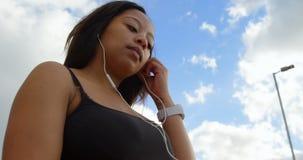 在数字片剂4k的残疾妇女听的音乐 股票视频