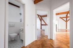 在整修以后向高处发射公寓-倒空平的走廊 免版税库存照片