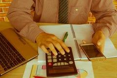 在文书工作帐户的笔与人保存数据的用途计算机在背景中 会计科目背景计算器概念现有量查出在白色 有笔的,计算器人手和 库存照片