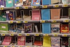 在文具商店的架子的笔记本 免版税图库摄影