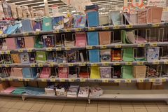 在文具商店的架子的笔记本 免版税库存照片