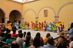 在文化的节日的哥伦比亚的舞蹈小组 库存图片