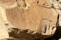 在文字在石头省公园的当地印地安岩石雕刻 库存照片
