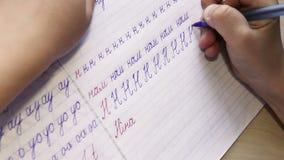 在文字的第一步:小男孩在对角线被排行的笔记本写信 影视素材