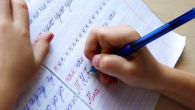 在文字的第一步:小男孩在对角线被排行的笔记本写信 股票视频