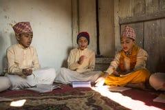 在文本期间读书的Сhildren在梵语的在Jagadguru学校 免版税库存照片