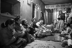 在文本期间读书的人们在梵语的在Jagadguru学校 免版税库存照片