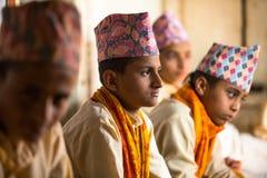 在文本期间读书的未知的孩子在梵语的在Jagadguru学校 库存照片